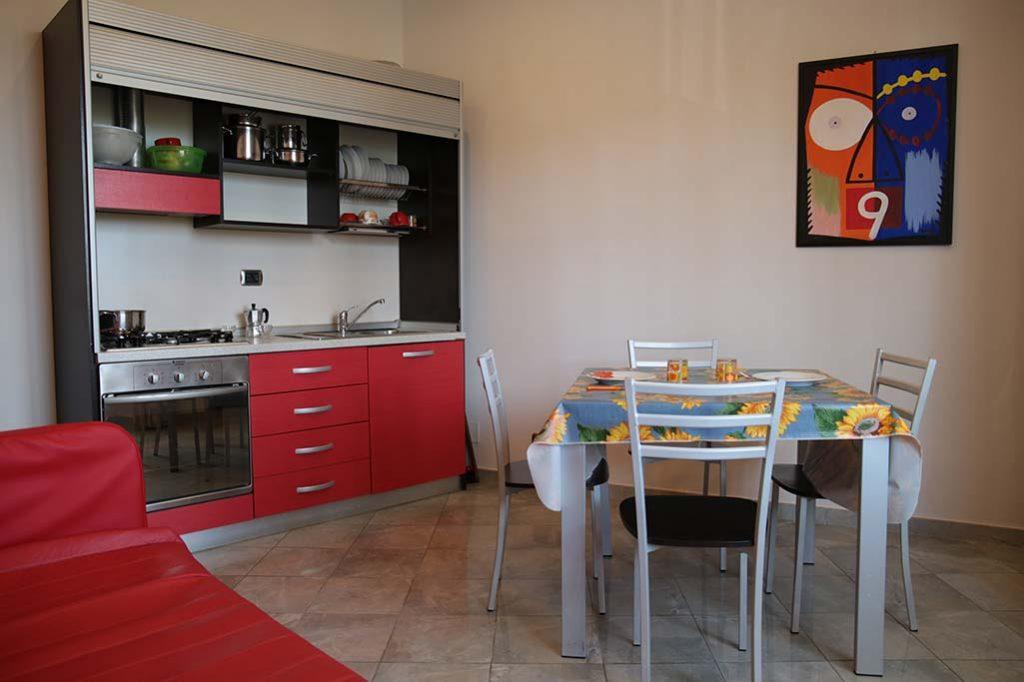 affittacamere-terracina-il-caminetto-camera-lilla-cucina