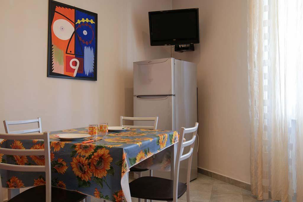 affittacamere-terracina-il-caminetto-camera-lilla-cucina-2