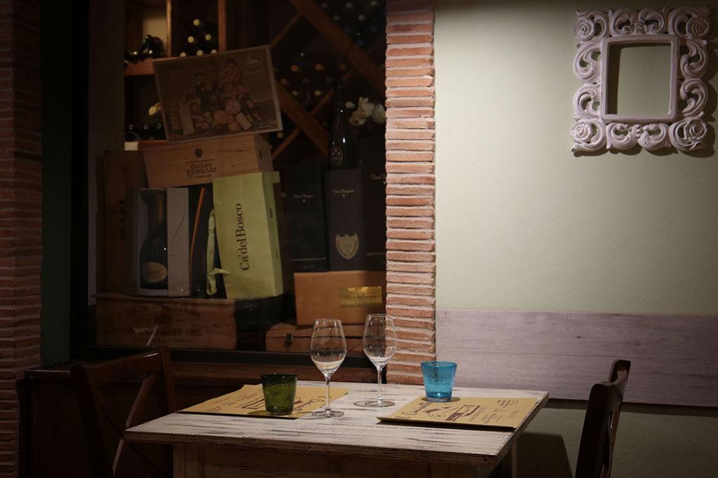 dettaglio-tavolo-enoteca-il-caminetto