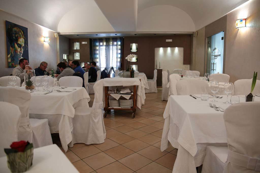 sala-interna-ristorante-il-caminetto-terracina